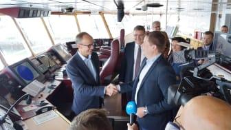 Avtalen markeres på broen på MS Nordkapp i havn i Trondheim. Fra venstre: Administrerende direktør Nils Kristian Nakstad i Enova, statssekretær Kjell-Børge Freiberg (FrP) i Olje- og energidepartementet, og konsernsjef Daniel Skjeldam i Hurtigruten.