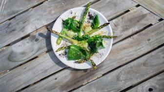 Grillad grön sparris och Maldivisk strandkål på Overseas by Mathias Dahlgren