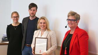 Tilldelningsbeslutet delades ut till Philips i samband med en konferens kring innovationsupphandlingar. På bilden syns Region Skånes inköpsdirektör Louise Strand till höger och Emelie Håkansson, Patrik Storm, Camilla Olin för Philips.