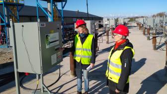 Agneta Sörensson (M), ordförande i Styrelsen för BT Kemi Efterbehandling, och Katarina Lundgren (S), vice ordförande, drog under onsdagen den 14 april igång den termiska behandlingsanläggningen vid BT Kemi-saneringen i Teckomatorp.