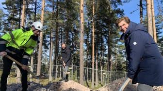 Nu är bygget igång! Landshövding Ylva Thörn, Johan Karlsson på Byggpartner (tv) och Björn Rinstad på Leksands Sparbank tar ett gemensamt första spadtag. Foto: Tobias Barle