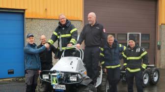 Konstruktör, tillika deltidsbrandman, Joachim Granström överlämnar Vimeks sista Minimaster till Rolf Lundin, fordonsansvarig vid Umeå brandförsvar, och hans kollegor.