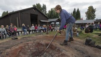 Lise Cats Myhre demonstrerer jernblestring under temadagsopplegget «Fra malm i myra til stål i smia» på Norsk skogmuseum. (Foto: Bård Løken/Anno)