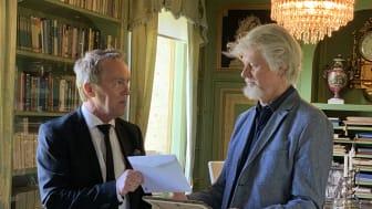 Författaren Lars Andersson tar emot Kulturpriset till Göran Tunströms minne av kultur- och näringslivschefen i Sunne, Per Branzén. Platsen är biblioteket på Mårbacka.