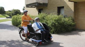Ulla-Märta Lundqvist på Koltrastens särskilda boende får en liten provtur med den nya cykel-rikshan. Chauffören heter Linda Undin.
