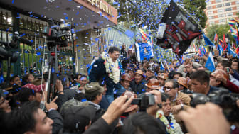 Det blev Luis Arce fra  Evo Morales parti, MAS (Movement for Socialism), der løb med sejren og dermed genvandt magten efter den annulerede valg i oktober 2019. Billedet her er fra februar for MAS. Foto: Shutterstock