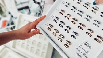 Stort utvalg av gifteringer hos Bjørklund. I butikk kan du også designe din egen ring.
