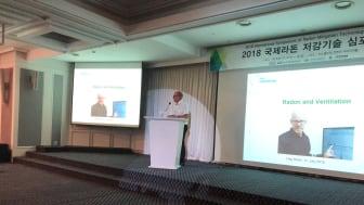 Svensk Radonförenings ordförande, Dag Sedin,  föreläser på radonseminarium i Seoul, Sydkorea.