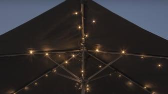 Ljusslingan kan användas både utomhus och inomhus och har en inbyggd timerfunktion som gör att lamporna tänds automatiskt samma tid varje dag.