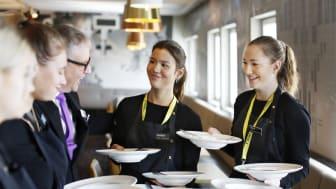 Bild: Elever lär sig servering