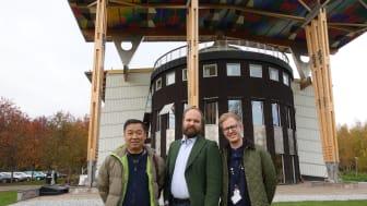 Fr. v. Wang Youchang, Pelle Agorelius och Jonas Strömkvist framför Måltidens hus i Grythyttan