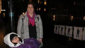 """""""Jag går sönder!"""" säger Elisabet Rundqvist som hungerstrejkade 12 timmar utanför riksdagshuset. Här med Christina Örnebjär, riksdagsledamot för Liberalerna. Elisabet samlar information om självmord och självmordsförsök."""
