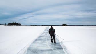 Person åker skridskor på isen.