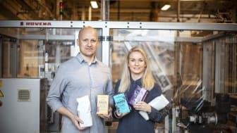 Joakim Svensson, Quality Engineer, och Madelene Breiling, Supply Chain Development Manager på Löfbergs med några av Löfbergs nya, banbrytande förpackningar.