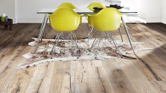 Rustikt plankgolv i ek med synliga kvistar och sprickor. Oljebehandlat, borstat och handskrapat. Indossati, Kährs
