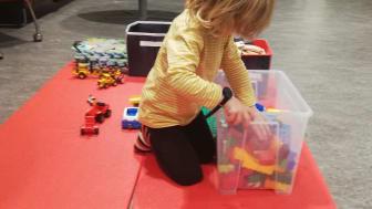 Treårige Jannis i Umeå är ett av många barn i studien som ska bära ett aktivitetsarmband. Foto: Anna Tellström.