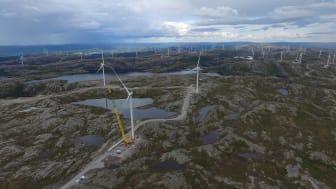SISTE TURBIN PÅ PLASS: Søndag 11. august ble den siste av de 80 turbinene i Storheia vindpark montert.