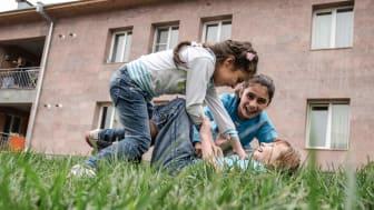 """Geschwister im SOS-Kinderdorf Idjevan, Armenien. Spiel und Streit liegen oft nah beieinander. """"Beides gehört zur Entwicklung"""", sagt SOS-Expertin Kern. Foto: Katerina Ilievska (Bild zur Verwendung nur im Kontext der SOS-Kinderdörfer weltweit)"""