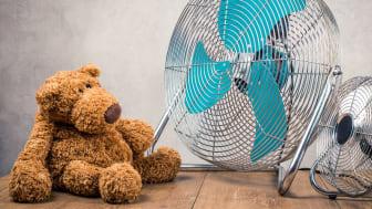 Danskerne vil køles ned i disse dage, hvor tusindvis af ventilatorer ryger over disken i landets Elgiganten-butikker.