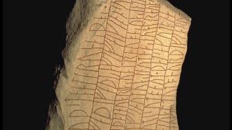 Rökstenen i Ödeshög i Östergötland är en ovanlig sort. Den långa inskriften anses vara världens längsta. Foto: Bengt A Lundberg (CCBY)
