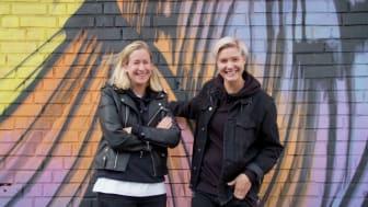 UR:s Tack gud jag är homo programleds av duon Alice Hollingworth och Linda Rosendal. Foto: UR.