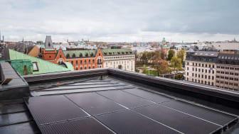 Solceller på Skären 9s tak med utsikt över Norrmalmstorg och Nybroviken. Bildcred Hufvudstaden.