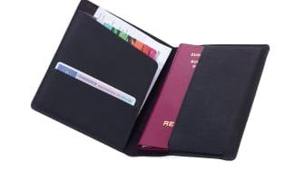 Fodralet har plats för pass, kort och resedokument
