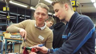 Alexander Babilas und Timo Nordsiek (Auszubildender) in der Ausbildungswerkstatt von Westfalen Weser Netz in Kirchlengern beim Energy Camp (v.l.).