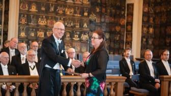 Eva Lindahl, De Geergymnasiet i Norrköping, mottar pris av preses Anders Cullhed vid Kungl. Vitterhetsakademiens högtidssammankomst 20 mars.