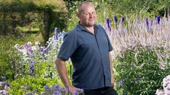 """""""Jag kan få inspiration från vilken trädgård som helst. Men rabatterna på Sofiero ger mig det där lilla extra som jag behöver som trädgårdsmästare"""", säger John Taylor."""