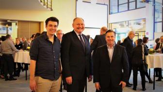 Gastredner Philipp Riederle, Dr. Stephan Nahrath und Herfords Bürgermeister Tim Kähler diskutierten nach dem Vortrag noch mit den Gästen weiter.