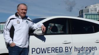Holmenkollstafettens løpssjef Per Sletholt med en av de fem utslippsfrie bilene fra Hyundai som bidrar til arrangementets miljøvennlighet