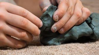 I workshopen i keramik får ungdomarna prova att skulptera under ledning av kursledaren Harry Hasso.