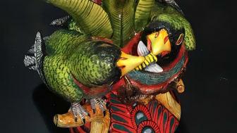 Nips på sitt beste! Lysestaken på Cole&Son sitt showrom, hvor 2 papegøyer sloss om en bien. Rødt og grønt i skjønn forening!