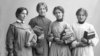 Forside bok: Fire kvinner ca. 1900–1920. Foto: Louise Helene Wold / Holmestrand Museum
