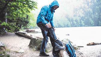 Damit das Wasser zuverlässig abperlt und die Atmungsaktivität erhalten bleibt, ist von Zeit zu Zeit eine Nachimprägnierung nötig.