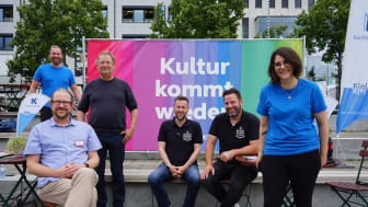 Beim Pressetermin waren dabei v.l: Johannes Hesse (Kiel hilft Kiel), Michael Kruse (AWO), Rainer Pasternak (Kulturreferent der LH Kiel), Meik Ehlers (Cup & Cino), Lars Lenßen (dean&david) und Halina Koschinski (Kiel-Marketing e.V.)
