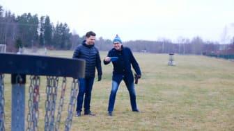 Petri Peltonen, chef för kultur- och fritidsförvaltningarna och Lars Carlsson (C), ordförande i fritidsnämnden på Snapptunafältet.
