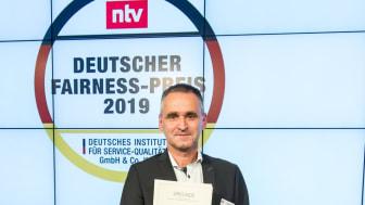 Thomas Kamm (Marketingleitung Fendt-Caravan) mit dem deutschen Fairness-Preis 2019 (Foto: Thomas Ecke / DISQ / n-tv)