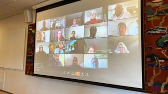 Ekstra møte i Stovner bydelsutvalg 19. mars ble gjennomført som videomøte. Her på storskjerm i bydelssalen på Stovner.