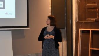 Lisa Marie Erlandsen i VEDAL forteller at det i Bispevika er blitt en konkurranse om å sortere tilnærmet 100%. – Det er motiverende og gøy å se hva vi får til med enkle grep, sier hun.