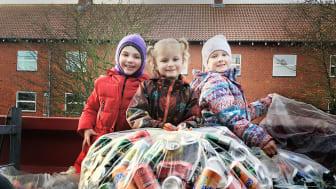 Malvina, Cecilie og Sophia fra 1. klasse på Nors Skole sidder med nogle af de mange indsamlede dåser.
