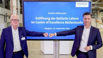 Thomas Schmall, direktør for Volkswagen Group Components, og Ministerpræsident i Niedersachsen åbner det nye top moderne batterilaboratoriecenter