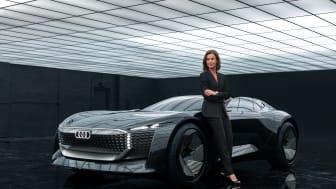 Hildegard Wortmann, direktionsmedlem for salg og marketing, foran Audi skysphere concept