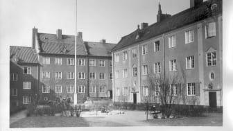 SKB fyller 105 år och har sedan 1916 aldrig sålt ett hus. Kvarteret Motorn i Vasastan blev det första (bild ca 1920). Nu har föreningen över 8100 kooperativa hyresrätter i fastigheter med en arkitektur som följt decenniernas utveckling.