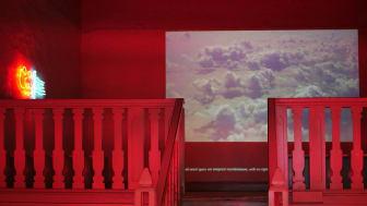 ''In the vast ocean of air'', videoinstallation av Hanna Husberg, Bernadottestipendiat 2019 jämte Laleh Kazemi Veisari.