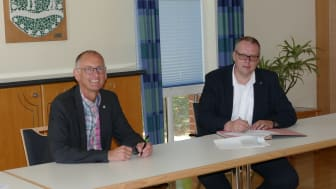 Bürgermeister Detlef Wellbrock (l.) und Frank Niemeier, Leiter Kommunalvertrieb Deutsche Glasfaser, bei der Vertragsunterzeichnung (© Gemeinde Loxstedt)