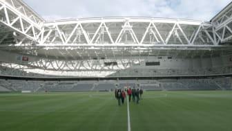 Några av deltagarna i projektet sparkar boll på Tele2 Arena i samband med en filminspelning.