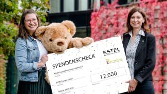 Von rechts: Odette Reiche, Geschäftsführerin der ESTEL Europe GmbH, und Ulrike Herkner, Geschäftsführerin des Bärenherz-Fördervereins