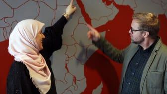 Helwah Hussain Jansson är entusiastisk över att vara på Högskolan Väst och berättar för sin mentor Martin Molin om sin bakgrund i Jordanien.